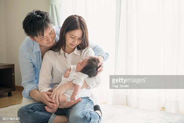 Glückliche Familie mit dem Neugeborenen Babys