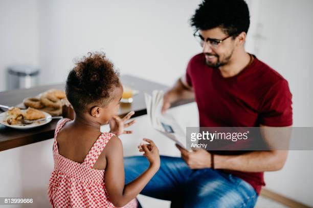 Glücklicher Vater und Tochter haben Spaß beim Frühstück