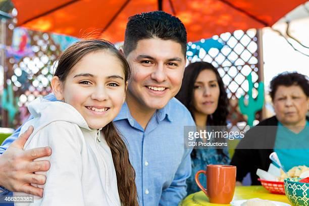 Heureux Père et fille ayant un repas sur la terrasse du restaurant