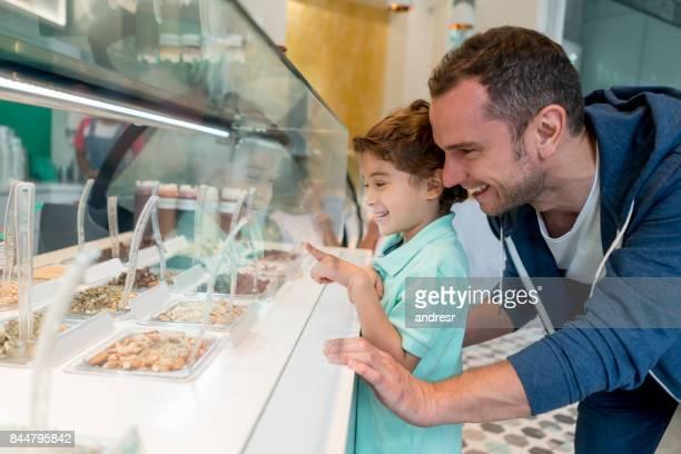 Glücklicher Vater und Sohn an der Eisdiele