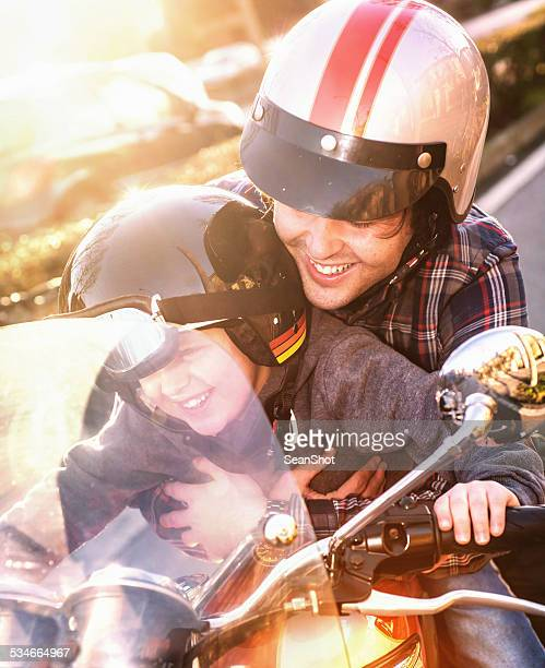 Feliz pai e filho na crista Motorizada