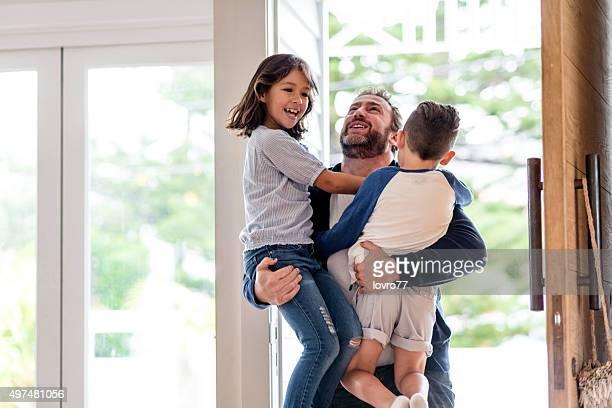 Padre felice saluto i suoi figli