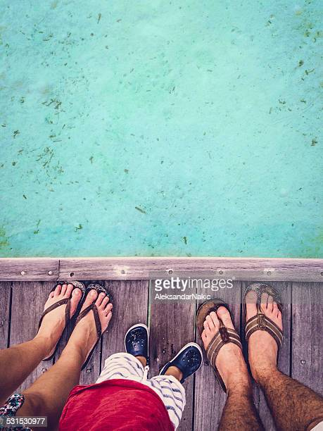 Pieds de famille heureuse sur les Maldives