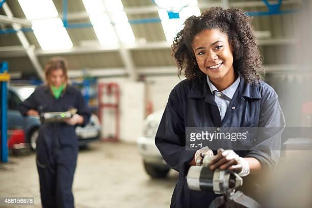 Felice femmina Meccanico d'auto