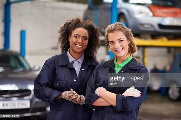 Glückliche Frauen auto Mechaniker trainees