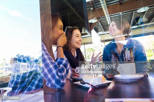 Feliz mujer amigos teniendo una juntos en de moda tienda local