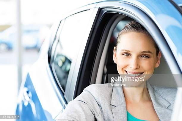 Femme heureuse dans la nouvelle voiture