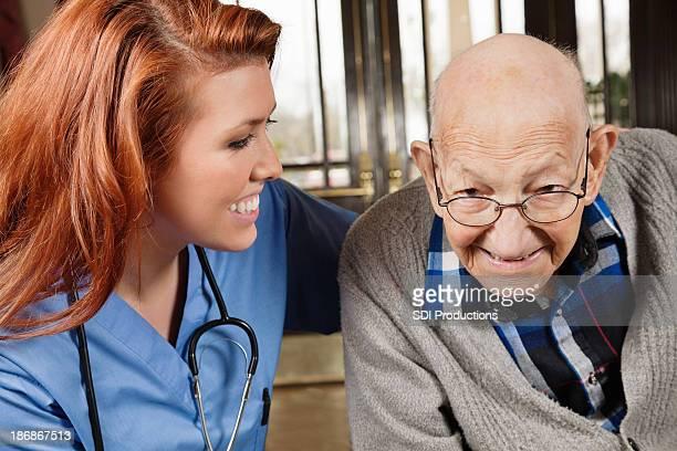 Glücklich weibliche Krankenschwester mit einem Senior Erwachsener Mann