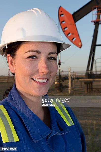 Heureuse femme huile Pumpjack ingénieur dans un Casque de chantier