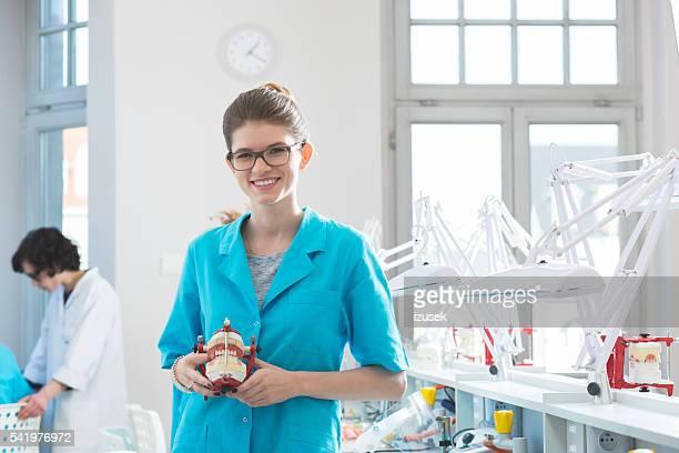 Studentessa felice con dentiera