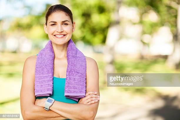 Coupe heureuse femme debout bras croisés dans le parc