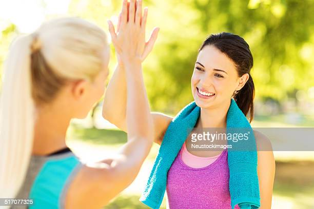 Coupe femmes heureux donnant cinq haut au Park