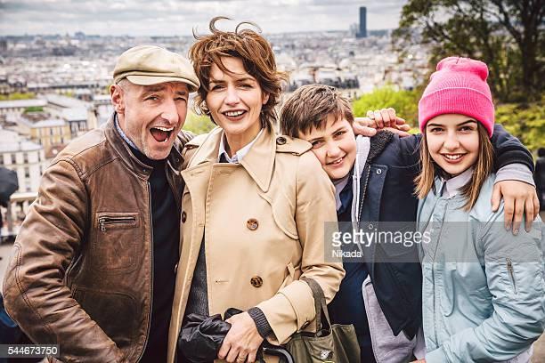 Français famille heureux posant pour un portrait en plein air