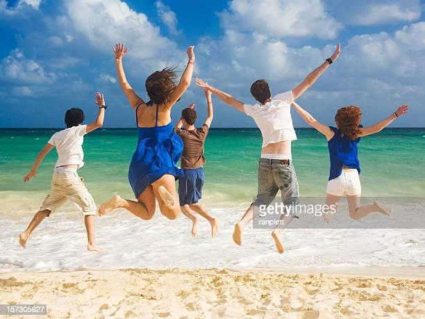 Felices amigos en la playa