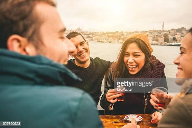 Felizes amigos beber chá em um café