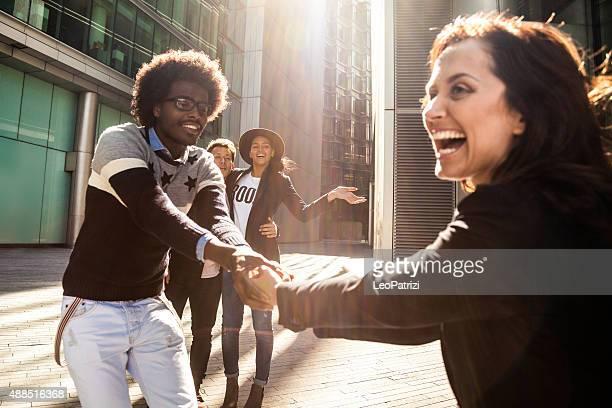 Glückliche Freunde haben Spaß zusammen