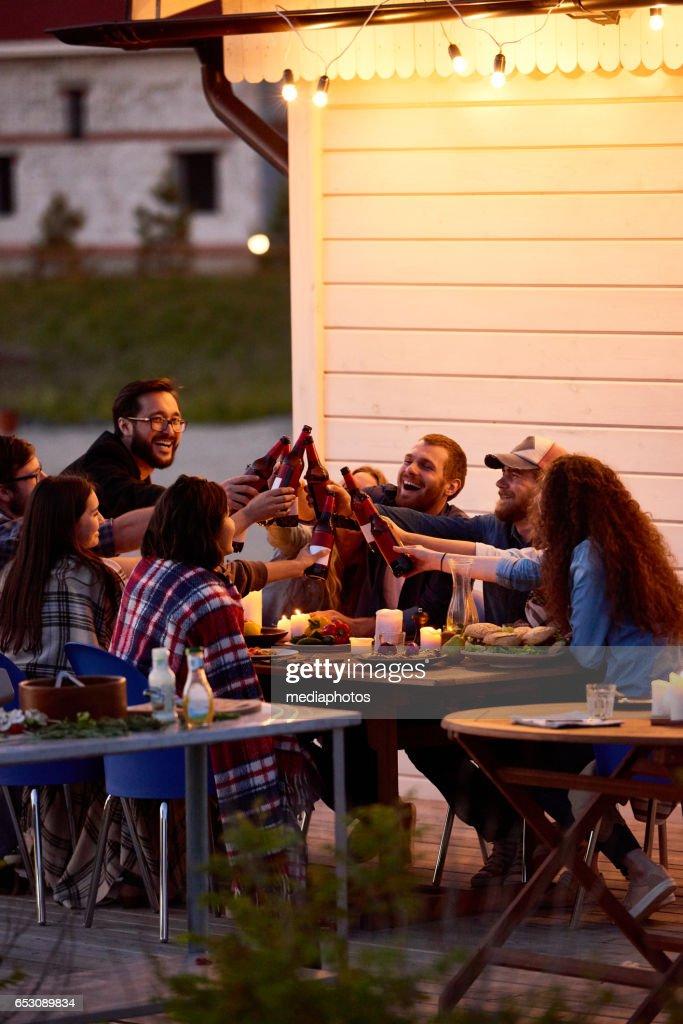 Happy vrienden in achtertuin : Stockfoto
