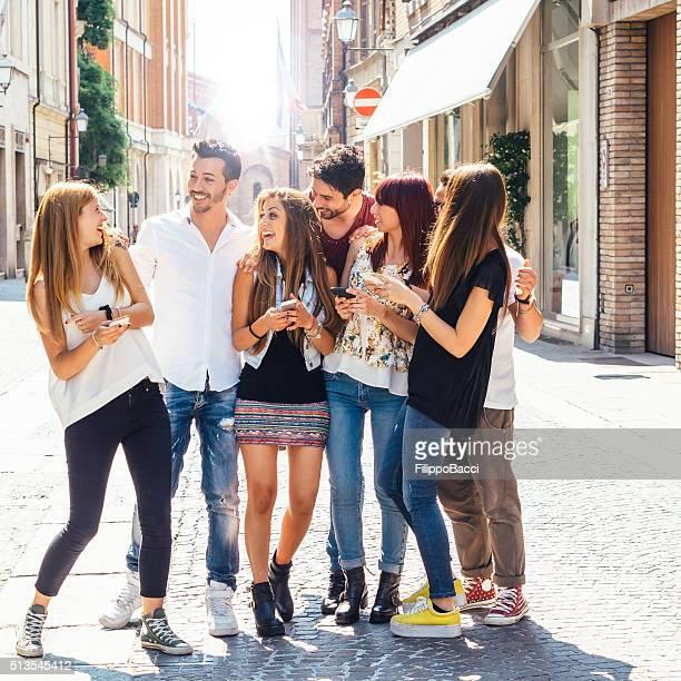 Heureux amis dans la ville