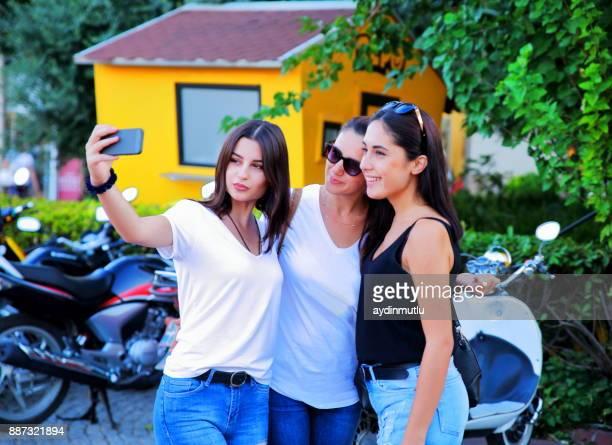 幸せな友人、大学の selfie を作る