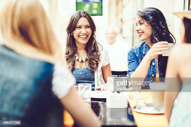 Amigos feliz de passar tempo juntos em uma Cafeteria