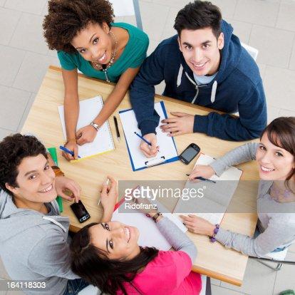 Glückliche Freunde zusammen studieren : Stock-Foto