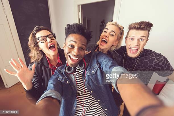 Glückliche Freunde nehmen selfie im Innenbereich