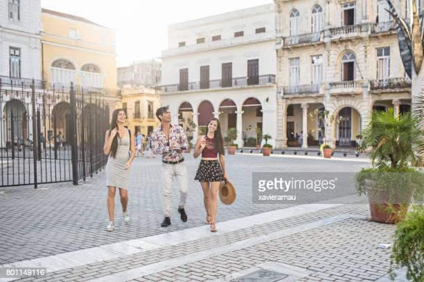 Glückliche Freunde zu Fuß am Stadtplatz in Havanna