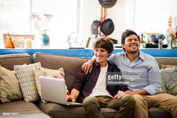Glückliche Schwule paar zu Hause.