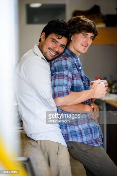 Glückliche Schwule paar Kaffeetrinken am Morgen