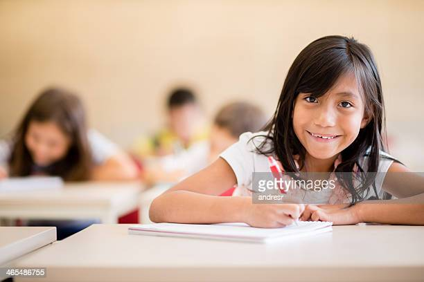 Feliz menina na escola