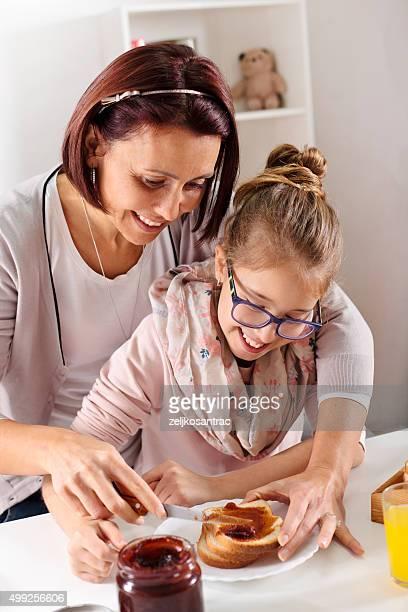 Glückliche Mädchen Essen toast mit jam