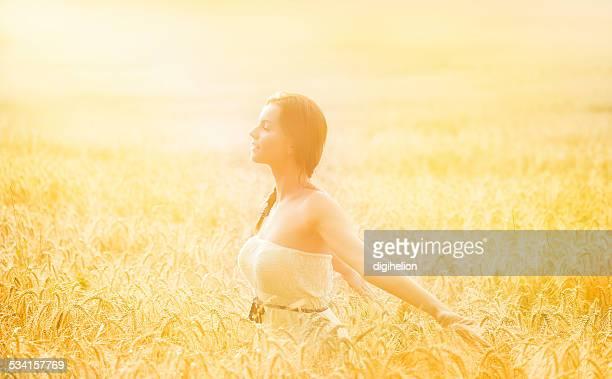 Ragazza felice godendo la libertà al tramonto campo