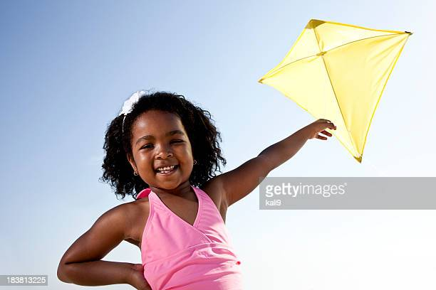 Glückliche Mädchen fliegen ein kite