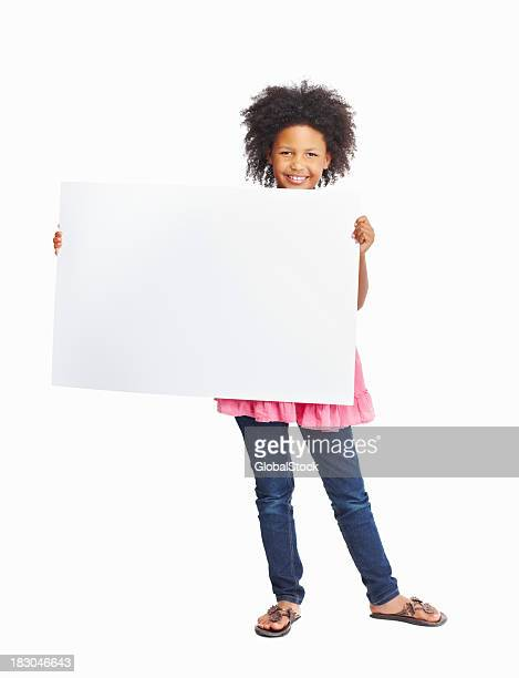 Heureuse femme tenant blanc affiche