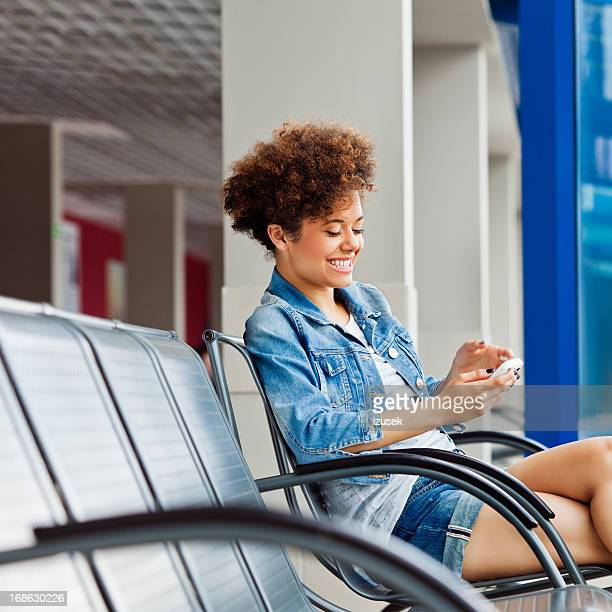 Menina feliz em uma sala de espera