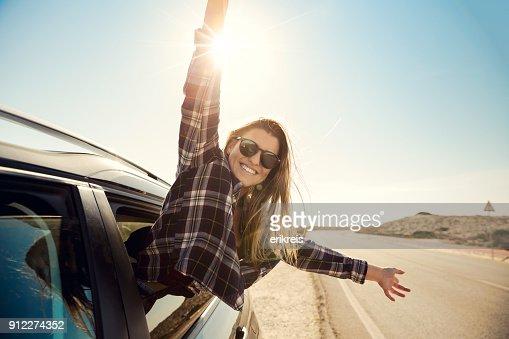車の窓の外を見て幸せな女の子 : ストックフォト
