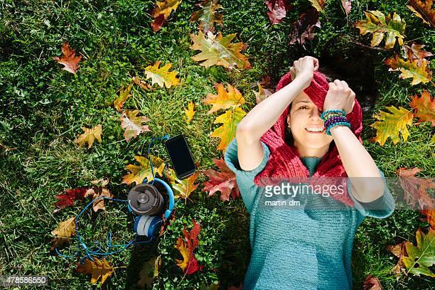 Ragazza felice sdraiato in erba