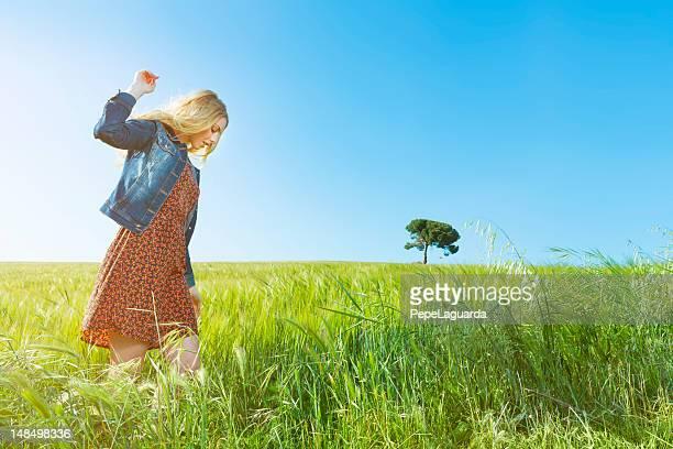 Menina feliz no dia de Primavera