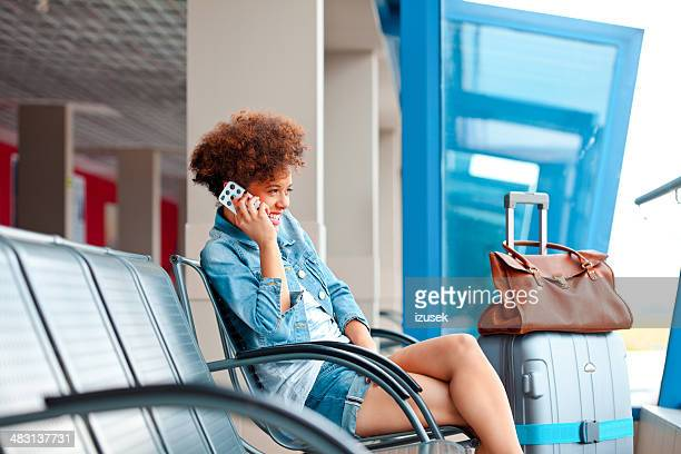 Fille heureuse sur le téléphone mobile