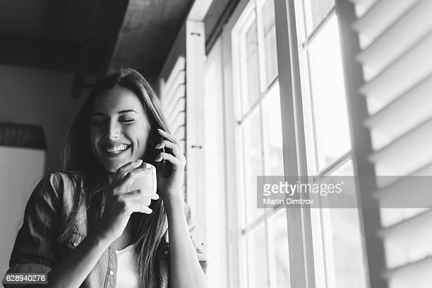 Menina feliz No Telefone