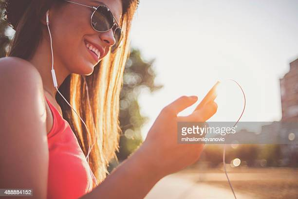 スマートフォンを使用して幸せな少女