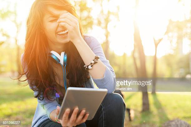 Glückliche Mädchen mit tablet