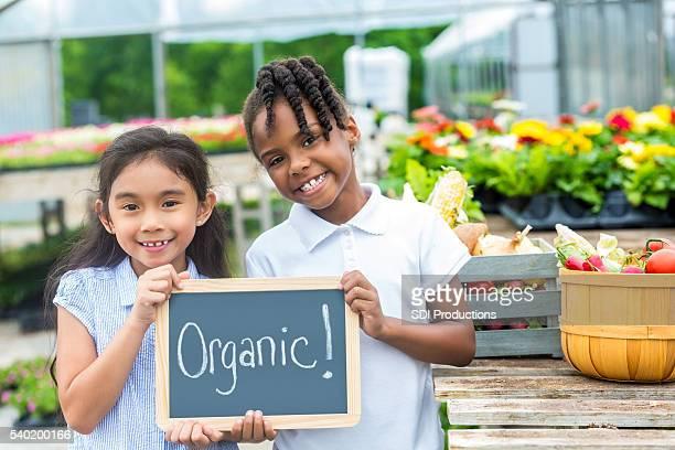 Glückliche Mädchen halten sich zusammen aus Bio-Baumwolle