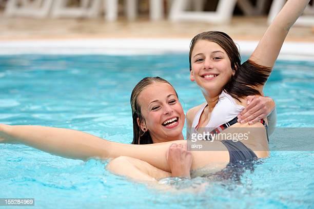 Glückliche Mädchen im pool