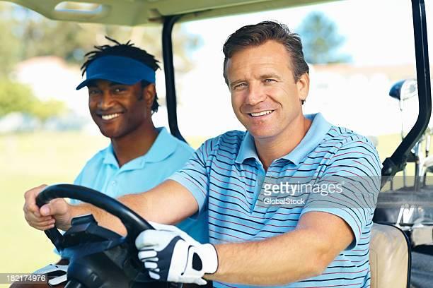 Happy-Spieler Fahren Sie auf den Golfplatz