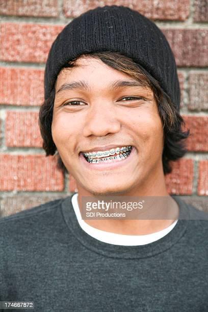 Heureux beau jeune homme de Race mixte