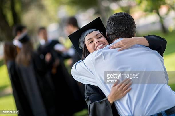 Femme heureux de remise des diplômes