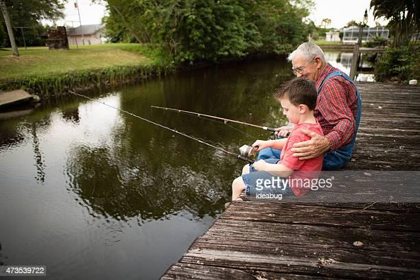 Heureuse grand-père et son petit-fils de pêche sur le quai