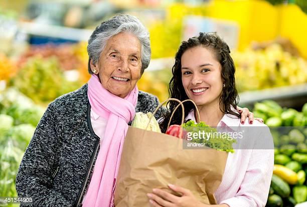 Heureuse grand-mère et petite-fille