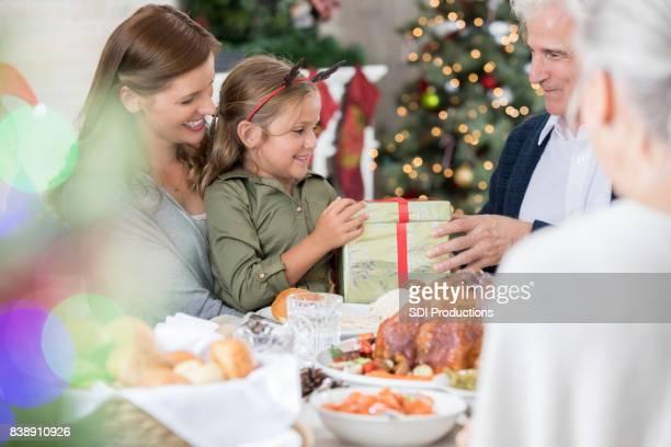 Froh, dass Opa Enkelin Weihnachtsgeschenk gibt